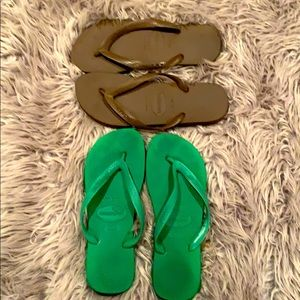 2 pair! Havaianas! Green and brown
